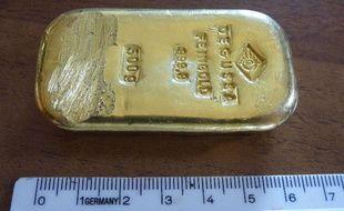 L'adolescente, qui avait trouvé un lingot d'or au fond d'un lac alpin en Allemagne, va pouvoir garder le précieux objet, d'une valeur de 17.200 euros.