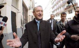 """Fort de sondages flatteurs, Bertrand Delanoë réunit ses amis samedi à Paris, point d'orgue d'une semaine qui a vu s'allonger la liste de ses soutiens et sortir son livre-manifeste """"De l'audace!""""."""