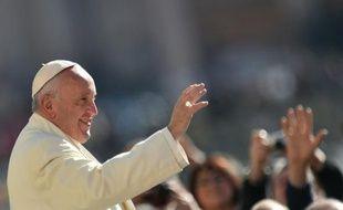 Le pape François salue la foule le 2 mars 2016 au Vatican, à Rome