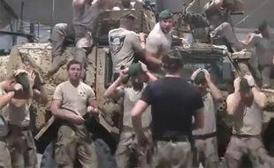 Capture d'écran d'une vidéo Youtube de soldats parodiant une chorégraphie du film «Grease».