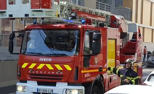 Illustration d'un camion de pompier (grande échelle) intervenant lors d'un incendie.