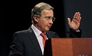 Un attentat contre l'ancien président colombien Alvaro Uribe (2002-2010) a été déjoué mardi à Buenos Aires, où une bombe a été trouvée dans un théâtre du centre de la ville où il devait se trouver mercredi, a annoncé un magistrat.