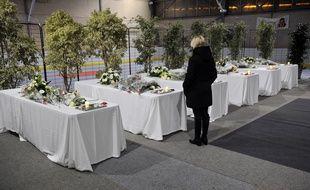 Scène de recueillement aprè l'accident de Rochefort qui a fait 6 victimes le 11 février.