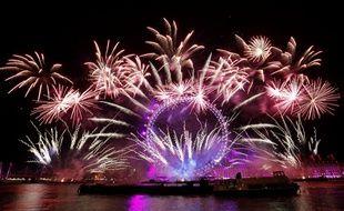Les feux d'artifice explosent de toute part autour du London eye pendant les célébrations du Nouvel An à Londres, le 1er janvier 2018.