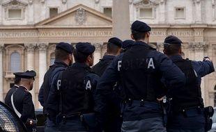 Illustration de policiers italiens devant le Vatican, à Rome (Italie).
