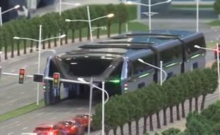 Le prototype d'un bus anti-bouchons va être testé cet été en Chine.