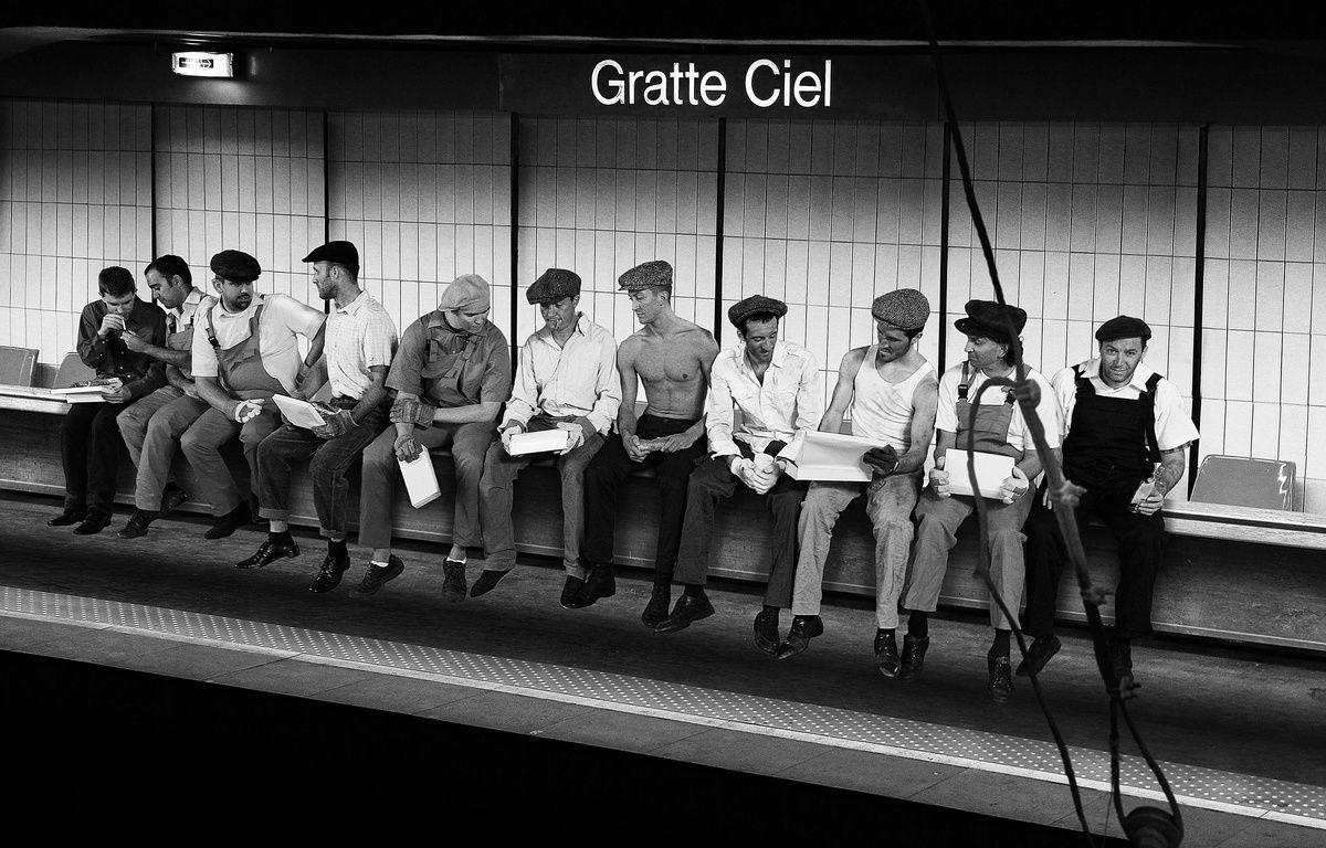 L'une des photos réalisées par François Sola à la station Gratte-ciel, clin d'oeil à la célèbre photo « lunch atop a skyscraper »  de Charles C. Ebbets prise en 1932. – François Sola