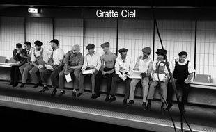 L'une des photos réalisées par François Sola à la station Gratte-ciel, clin d'oeil à la célèbre photo « lunch atop a skyscraper »  de Charles C. Ebbets prise en 1932.
