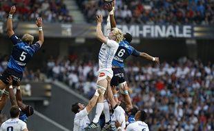 Le montpelliérain Alexandre Bias sur une touche avec le castrais Antonie Claassen lors de la 1/2 finale de Top 14 Montpellier vs Castres.