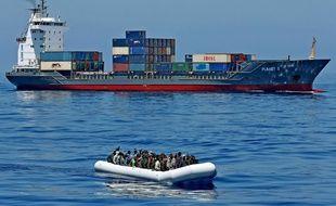 Des migrants dans un canot de sauvetage des gardes-côtes italiens, en mer Méditerranée, le 22 avril 2015.