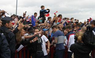 Mathieu Valbuena et les joueurs de l'équipe de France se sont offerts un rapide bain de foule à leur arrivée à l'aéroport du Bourget ce dimanche midi.