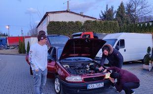 Les cinq amis inspectent une dernière fois la Coronastra avant de l'acheter et de rentrer à Toulon.