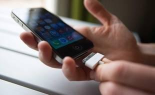 Illustration: un chargeur d'iPhone en 2014.