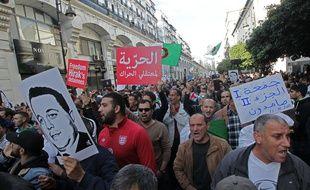 Des manifestants algériens participent à une manifestation anti-gouvernementale dans la capitale Alger, le 27 décembre 2019.