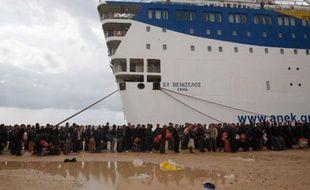 Des migrants et autres expatriés font la queue pour embarquer sur un paquebot en direction de la Grèce à Benghazi, Libye, le 24 février 2011.