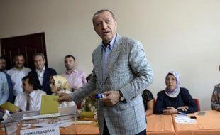 Recep Tayyip Erdogan dans son bureau de vote dimanche 10 aout 2014 à Istanbul