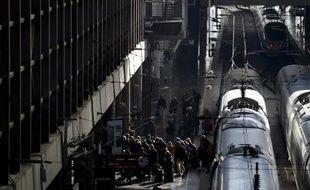 Des passagers évacuent le 2 janvier 2015 un train dans la garde madrilène d'Atocha à la suite d'une fausse alerte à la bombe