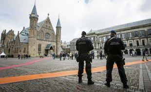 La police militaire hollandaise monte la garde lors d'une patrouille à La Haye, le 23 mars 2016