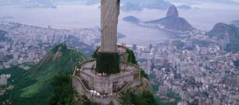 La statue du Christ Rédempteur à Rio de Janeiro (Brésil)  Dominant la baie de Rio et haute de près de 30 mètres, cette représentation du Christ, dont la forme rappelle une croix chrétienne, célèbre la centenaire de l'indépendance du Brésil (1822).