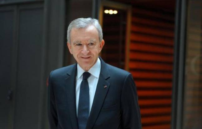 """Le patron de LVMH Bernard Arnault a tenté dimanche de désamorcer la polémique ouverte par sa demande de naturalisation belge, récusant tout geste """"politique"""" et réaffirmant qu'il allait continuer à payer ses impôts en France, en plein débat sur les projets fiscaux du gouvernement."""