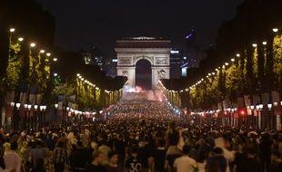 Des centaines de milliers de personnes ont pris d'assaut l'avenue le soir de la victoire en demi-finale.