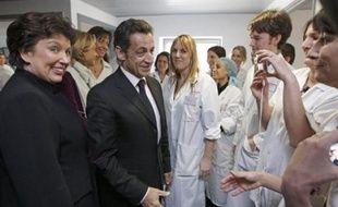 Nicolas Sarkozy s'est efforcé vendredi à Strasbourg d'apaiser le malaise du secteur hospitalier après une série de décès tragiques qui a relancé la polémique sur les moyens du secteur de santé, mais a exclu de débloquer de nouveaux fonds.