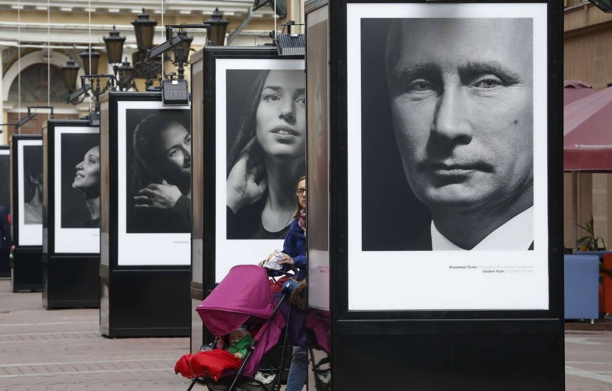 Un portrait de Vladimir Poutine au milieu de ceux d'athlètes médaillés aix J.O de Sotchi  – : Dmitry Lovetsky/AP/SIPA