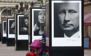 Un portrait de Vladimir Poutine au milieu de ceux d'athlètes médaillés aix J.O de Sotchi