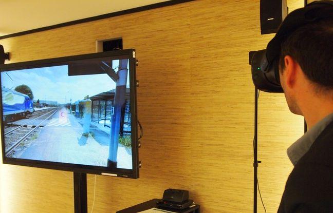 Muni d'un casque de réalité virtuelle, l'utilisateur se retrouve sur le quai d'une gare.