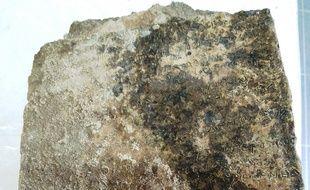 La plaque en argile découvert par les archéologues. Une tablette antique gravée de 13 vers d'une rhapsodie de l'Odyssée -- qui pourrait être l'une des plus anciennes traces écrites du récit homérique-- a été découverte à Olympie.