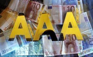 """Un mois après le coup de tonnerre de Standard and Poor's (SP), la France est menacée de perdre une deuxième fois son """"triple A"""", auprès de l'agence Moody's, dont la décision, nouveau coup dur pour le gouvernement, n'a toutefois eu que peu d'effets mardi sur les marchés."""