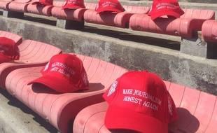 Capture d'écran de la photo postée sur Twitter par le club de rugby de Biarritz, où l'on voit des casquettes destinées aux journalistes de Sud-Ouest avec ce message : «Rendons le journalisme de nouveau honnête».
