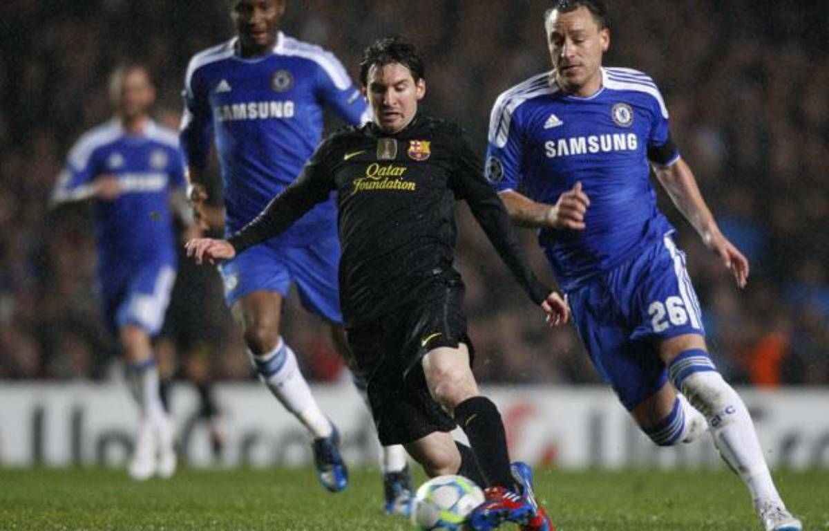 Le Barcelonais Lionel Messi face à l'Anglais John Terry, le 18 avril 2012, à Stamford-Bridge. – REUTERS/Albert Gea