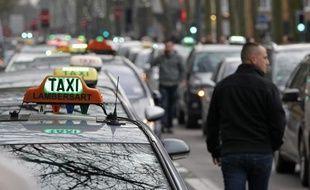 Environ 200 chauffeurs de taxis ont manifesté autour et dans la ville  contre les nouvelles règlementations en matière de transports de malade,  à Lille, le 10 janvier 2013.