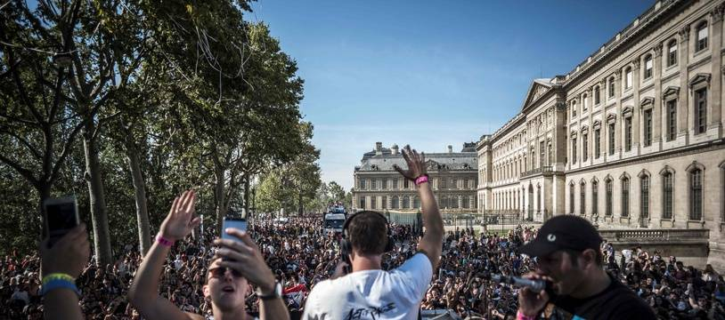 """Plusieurs dizaines de milliers de """"teufeurs"""", étaient réunis samedi 23 septembre 2017 devant le Louvre à Paris, pour un """"dancefloor"""" autour des chars de la 19e Techno Parade."""