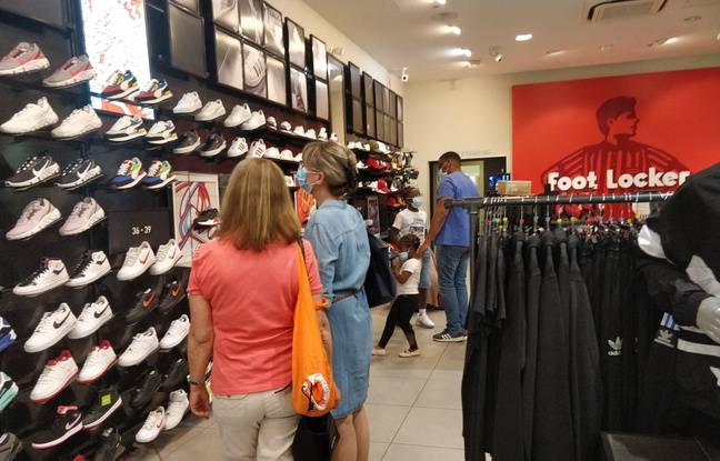 Au magasin Foot Locker au centre commercial du Val d'Europe, le 1er juin 2020