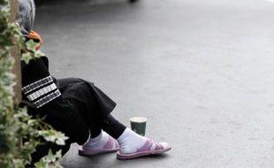 Une mendiante dans une rue de Paris en 2012