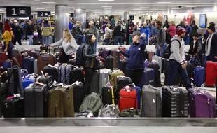 Des passagers viennent chercher des bagages après l'annulation des vols avant une tempête, le 16 janvier 2018 à l'aéroport de Houston aux Etats-Unis.