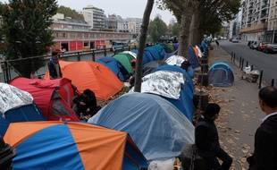 Migrants stand in a makeshift camp in Paris near Stalingrad subway station. Paris-FRANCE-29/10/2016//JACQUESWITT_migrants007/Credit:WITT/SIPA/1610291700