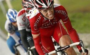 Le Français Stéphane Augé (Cofidis) a endossé mardi le maillot rose des Quatre jours cyclistes de Dunkerque en remportant la première étape, 179,4 km entre Dunkerque et Roost-Warendin (Nord), devant son compagnon d'échappée Clément Lhotellerie.