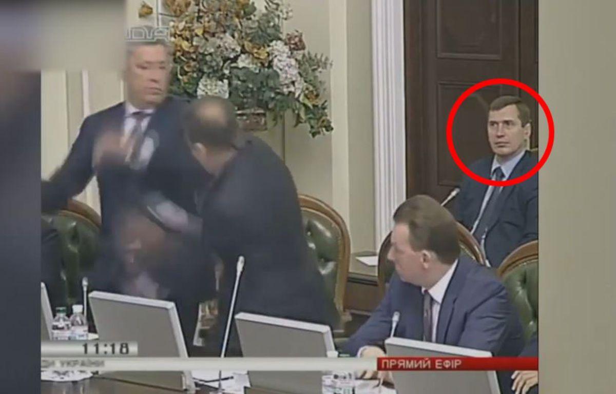 Une bagarre éclate, pas de quoi perturber ce parlementaire. – Le Rewind (Vidéo)