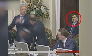 Une bagarre éclate, pas de quoi perturber ce parlementaire.