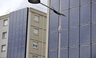Des panneaux photovoltaïques installés sur des façades d'immeubles HLM (habitat à loyer modéré) sont photographiés le 26 septembre 2010 à Strasbourg.
