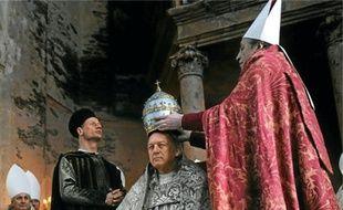 John Doman interprète le catalan Rodrigo Borgia, le pape Alexandre VI.