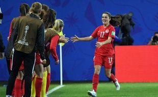 Jessie Fleming a ouvert le score ce samedi contre la Nouvelle-Zélande, avant de célébrer ce but avec le banc canadien. Jean-Pierre Clatot / AFP)