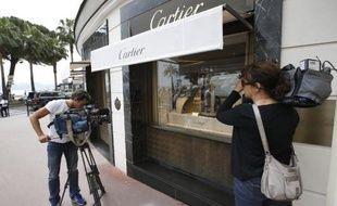 Des journalistes devant la bijouterie Cartier cambriolée le 5 mai 2015 à Cannes