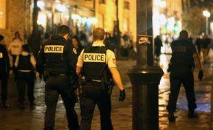 Illustration d'une intervention de policiers de nuit.