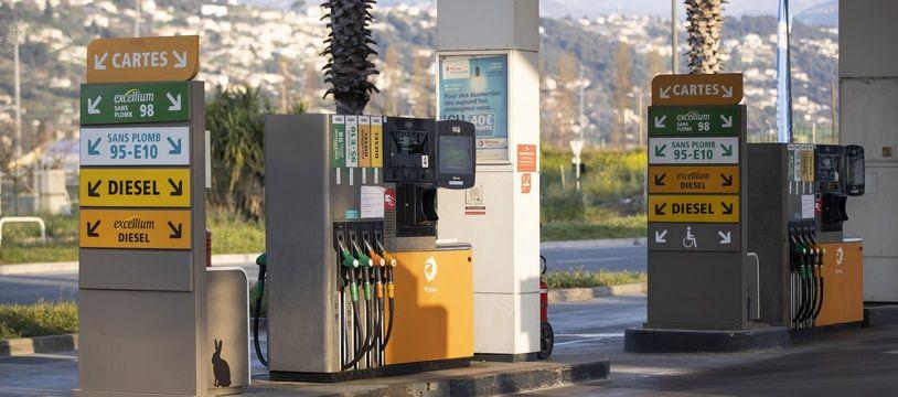 Des pompes à essence dans une station-service de Nice.