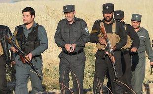 Le chef de la police de Kaboul, Zahir Zahir (c) arrive sur les lieux d'un attentat suicide à l'entrée d'un compound pour étrangers, le 30 novembre 2014
