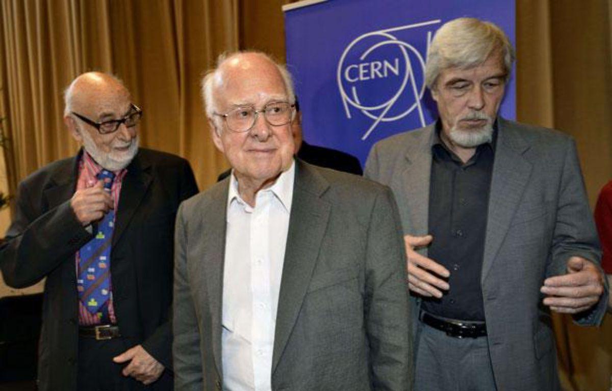 Le physicien britannique Peter Higgs, entouré du physicien belge François Englert, à gauche, et du directeur général du Cern, le 4 juillet 2012 – Martial Trezzini/AP/SIPA